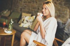 Junge blonde Frau im Café Lizenzfreies Stockbild