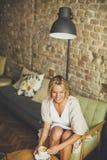 Junge blonde Frau im Café Lizenzfreie Stockbilder