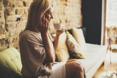 Junge blonde Frau im Café Stockfotografie