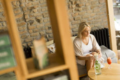 Junge blonde Frau im Café Lizenzfreies Stockfoto