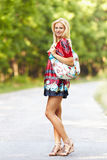 Junge blonde Frau im Freien auf einer Straße Lizenzfreie Stockfotos
