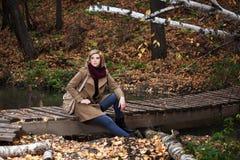 Junge blonde Frau im Herbstwald Lizenzfreie Stockbilder