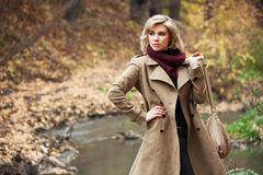 Junge blonde Frau im Herbstwald Stockfotografie