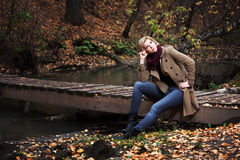 Junge blonde Frau im Herbstwald Stockfoto