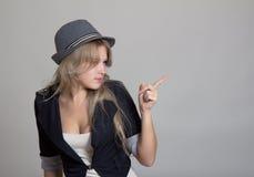 Junge blonde Frau im Hut und in der Jacke Lizenzfreie Stockbilder