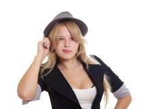 Junge blonde Frau im Hut und in der Jacke Stockfotografie
