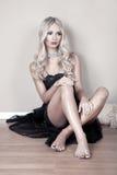 Junge blonde Frau im Kleid Stockbilder