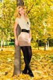 Junge blonde Frau im Park Lizenzfreie Stockfotos