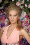 Junge blonde Frau im rosafarbenen Kleid Stockfotos