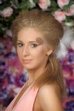Junge blonde Frau im rosafarbenen Kleid Lizenzfreies Stockfoto