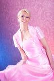 Junge blonde Frau im rosafarbenen Kleidtanzen Lizenzfreie Stockbilder