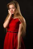 Junge blonde Frau im roten Kleid Lizenzfreies Stockfoto