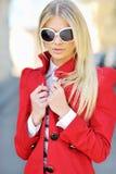Junge blonde Frau im Sonnenbrillen backli Stockbild