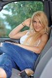 Junge blonde Frau im weißen Trägershirt und in den Jeans Lizenzfreie Stockbilder