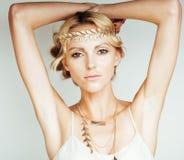 Junge blonde Frau kleidete wie die altgriechische Göttin an, Goldschmuckabschluß oben lokalisiert Stockbilder