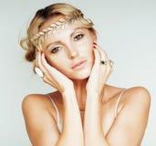 Junge blonde Frau kleidete wie die altgriechische Göttin an, Goldschmuckabschluß oben lokalisiert Lizenzfreies Stockbild