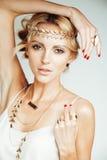 Junge blonde Frau kleidete wie die altgriechische Göttin an, Goldschmuckabschluß oben lokalisiert Lizenzfreie Stockfotos