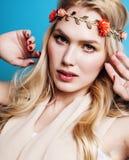 Junge blonde Frau kleidete wie die altgriechische Göttin an, Goldschmuckabschluß oben lokalisiert, schönes Mädchen, das Hände Rot Lizenzfreie Stockbilder