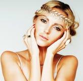 Junge blonde Frau kleidete wie die altgriechische Göttin an, Goldschmuckabschluß oben lokalisiert, Sommertendenzen Stockfotos