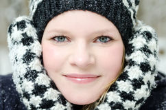 Junge blonde Frau mit Beanie- und Schalwinterholzporträt Lizenzfreies Stockfoto