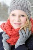 Junge blonde Frau mit Beanie- und Schalwinterholzporträt Lizenzfreies Stockbild