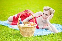 Junge blonde Frau liegt auf Gras Stockbilder