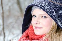 Junge blonde Frau mit Beanie- und Schalwinterholzporträt Lizenzfreie Stockfotografie