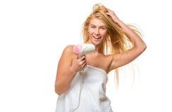 Junge blonde Frau mit blauen Augen im Tuch trocknet Haar Lizenzfreies Stockfoto