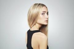 Junge blonde Frau mit blauen Augen Schönes blondes Mädchen Lizenzfreie Stockbilder
