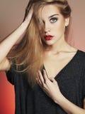 Junge blonde Frau mit blauen Augen Schönes blondes Mädchen Stockbild