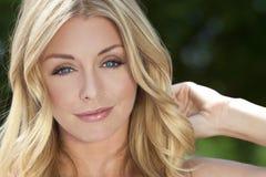 Junge blonde Frau mit blauen Augen u. natürlicher Schönheit Stockfoto