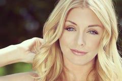 Junge blonde Frau mit blauen Augen u. Naturschönheit Stockfoto