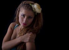 Junge blonde Frau mit Blume in ihrem Haar Stockfoto