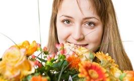 Junge blonde Frau mit Blumen Lizenzfreie Stockfotografie