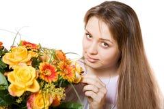 Junge blonde Frau mit Blumen Lizenzfreies Stockfoto