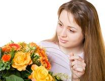 Junge blonde Frau mit Blumen Stockfotos