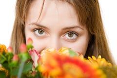 Junge blonde Frau mit Blumen Stockfotografie