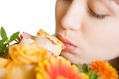 Junge blonde Frau mit Blumen Lizenzfreie Stockfotos