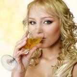 Junge blonde Frau mit Champagner Stockfotografie