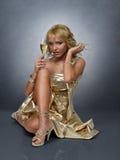 Junge blonde Frau mit Champagner Lizenzfreie Stockbilder