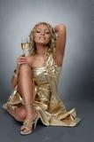 Junge blonde Frau mit Champagner Stockbild