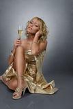 Junge blonde Frau mit Champagner Lizenzfreie Stockfotos