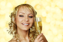 Junge blonde Frau mit Champagner Stockfoto