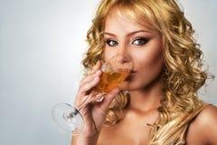 Junge blonde Frau mit Champagner Lizenzfreie Stockfotografie