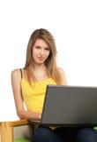 Junge blonde Frau mit Computer Lizenzfreie Stockfotos
