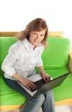 Junge blonde Frau mit Computer Stockfoto