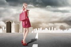 Junge blonde Frau mit dem Einkaufen Stockfoto