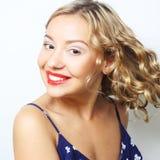 Junge blonde Frau mit dem gelockten Haar Lizenzfreies Stockfoto