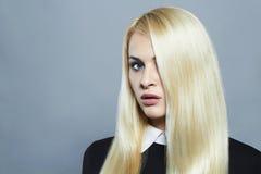 Junge blonde Frau mit dem gesunden Haar Schönes Mädchen Stockbild