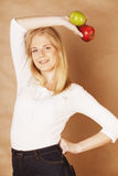 Junge blonde Frau mit dem grünen und roten Apfel, gut Lizenzfreies Stockfoto